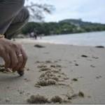Belajarlah menuliskan rasa sakit Anda di pasir, dan pahat kebaikan di batu.
